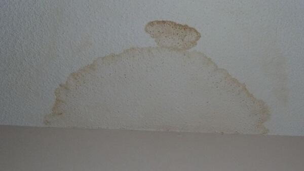 Traces d'humidité au plafond : pourquoi? - SOS-FUITES.COM